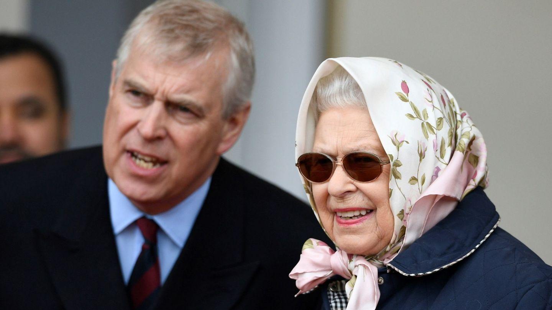 La reina Isabel II de Inglaterra y su hijo, el príncipe Andrés, en una imagen de archivo. (EFE)