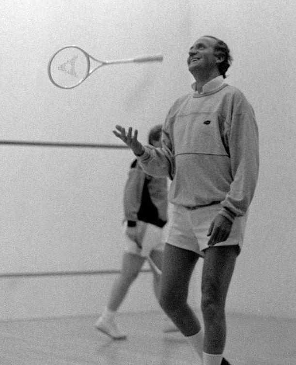 Foto: El Rey Juan Carlos muestra su alegría al conseguir un tanto en el partido de squash que jugó con el primer ministro de Nueva Gales del Sur, Nick Greiner (EFE)