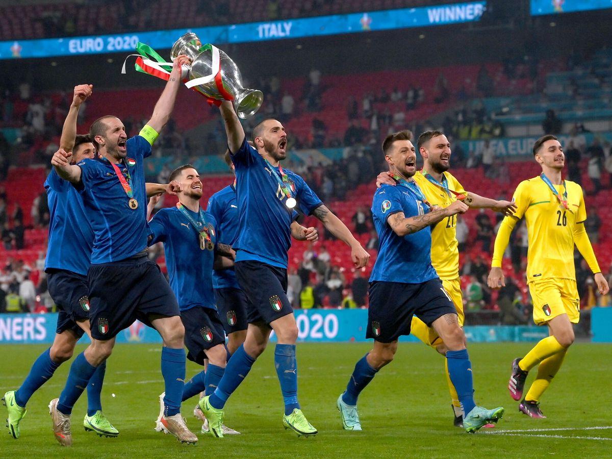 Foto: Los jugadores transalpinos celebran el triunfo. (EFE)