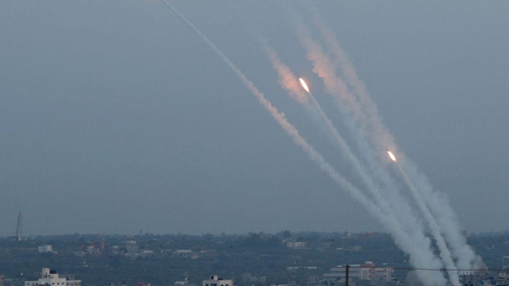 Foto: Misiles lanzados desde Gaza hacia Israel este lunes. (Reuters)