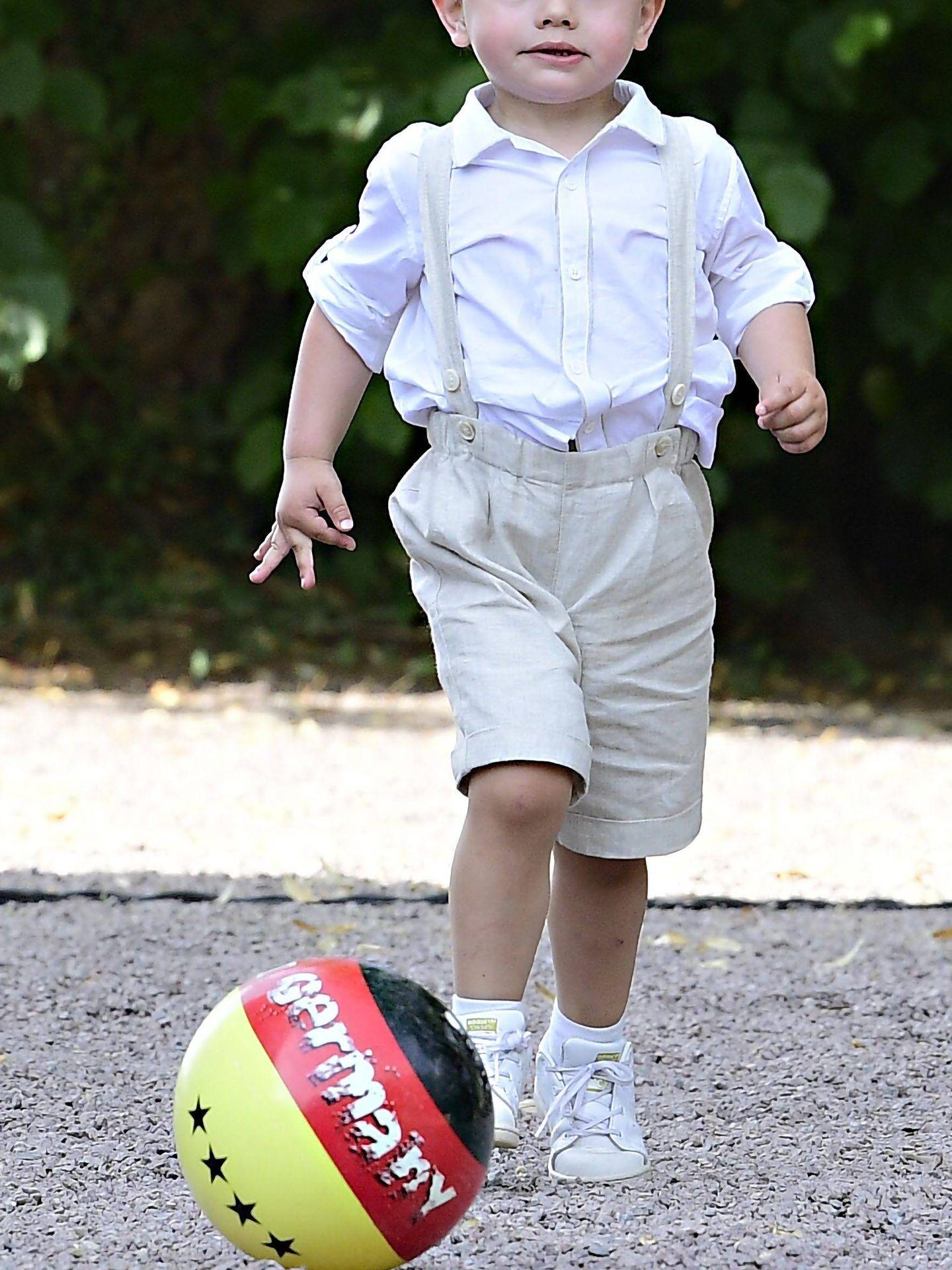 Óscar de Suecia, jugando con una pelota. (Cordon Press)