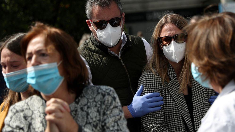 Foto: Concentración ante un hospital en Madrid. REUTERS
