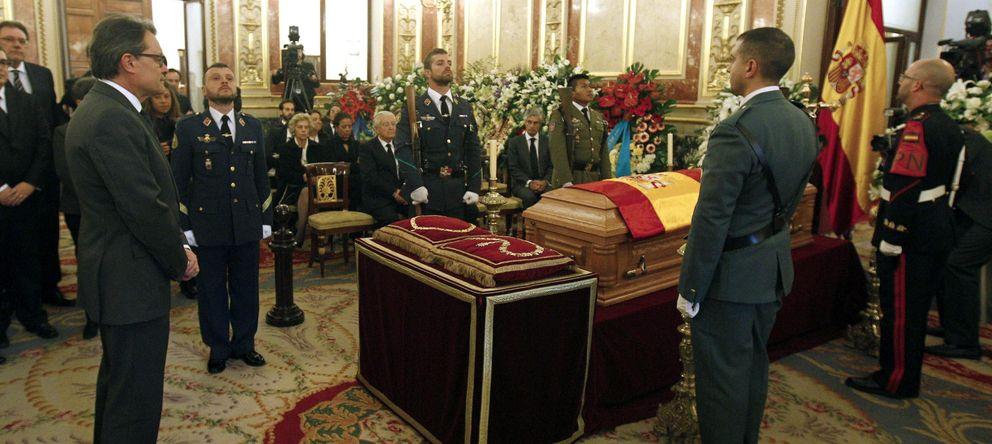 Foto: El presidente de la Generalitat de Cataluña, Artur Mas, frente al féretro con los restos mortales del expresidente del Gobierno Adolfo Suárez. (EFE)