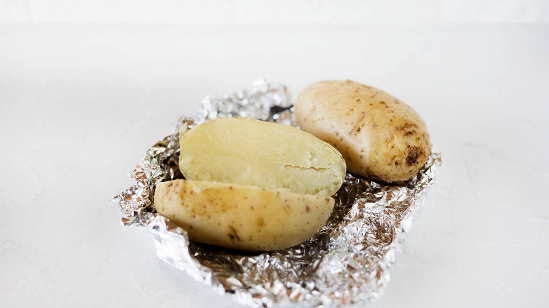 Asar patatas en microondas.