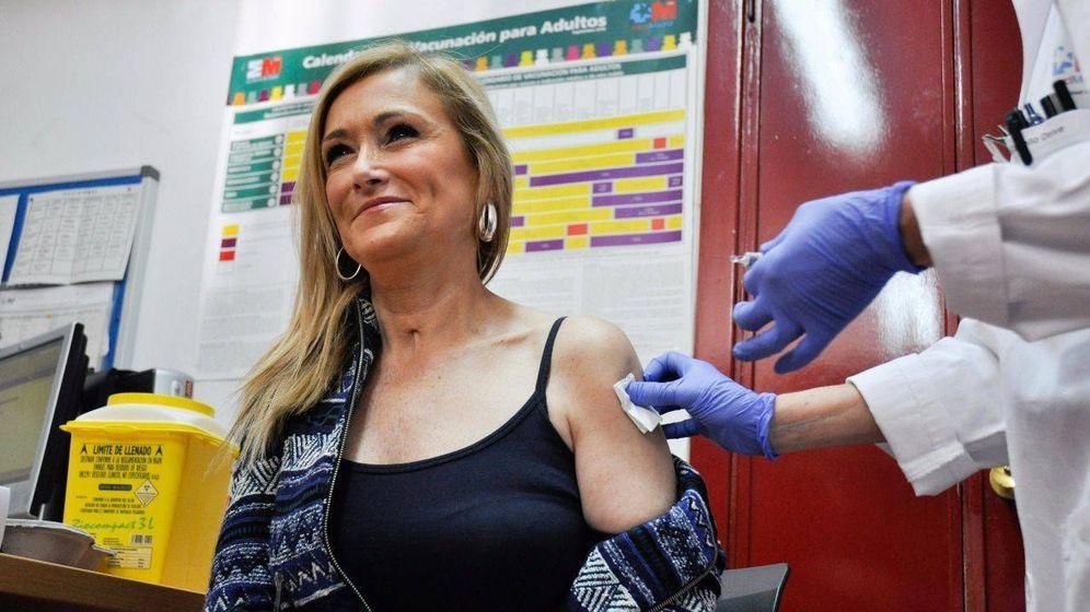 Foto: La presidenta regional, Cristina Cifuentes, vacunándose de la gripe