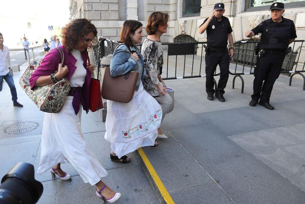 Foto: Carmen Calvo, con Adriana Lastra y María Jesús Montero, el pasado 5 de septiembre a su llegada a la reunión con Unidas Podemos en el Congreso. (EFE)