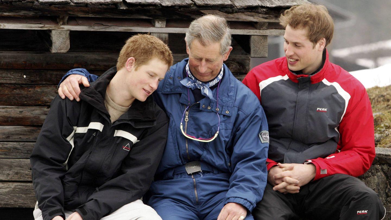 Carlos de Inglaterra, con sus hijos Harry y Guillermo en un viaje a la nieve. (Getty)