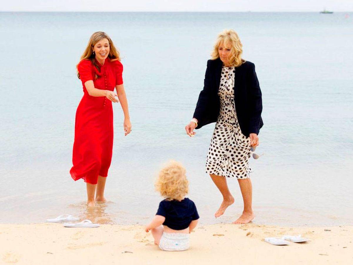 Foto: Carrie Symonds y Jill Biden se divierten en la playa. (Simon Dawson / Nº10 Downing Street)