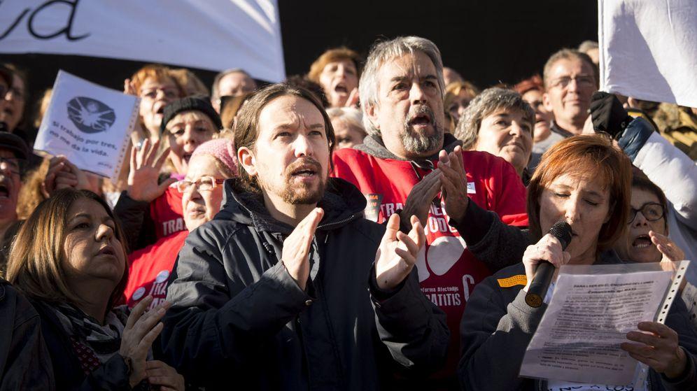 Foto: El secretario general de Podemos, Pablo Iglesias (2i), durante la concentración llevada a cabo para protestar contra la precariedad laboral a las puertas del Hospital 12 de Octubre. (EFE)