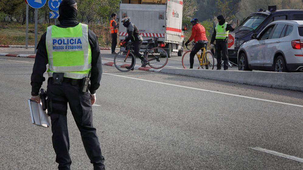 Foto: Un 'mosso' vigila el perímetro de Igualada. (EFE)
