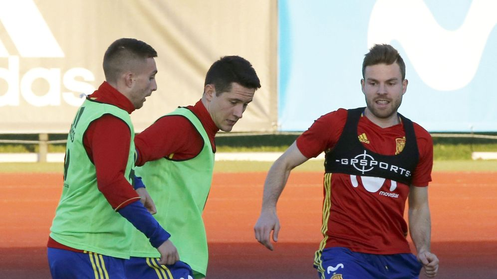 Foto: Illarramendi, con Deulofeu y Ander, en su primer entrenamiento con la selección (EFE)
