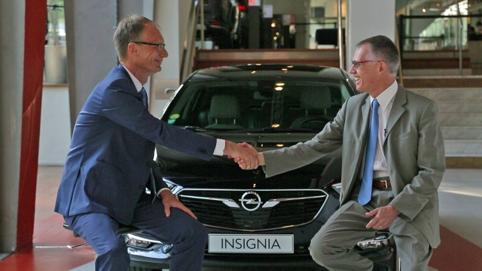 Foto: Michael Lohscheller presidente de Opel/Vauxhall y Carlos Tavares Presidente del grupo PSA a la derecha.