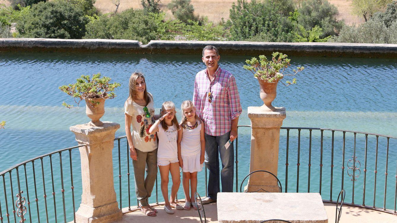 Foto: Los Reyes en Palma de Mallorca junto a sus hijas, Leonor y Sofía (Efe)