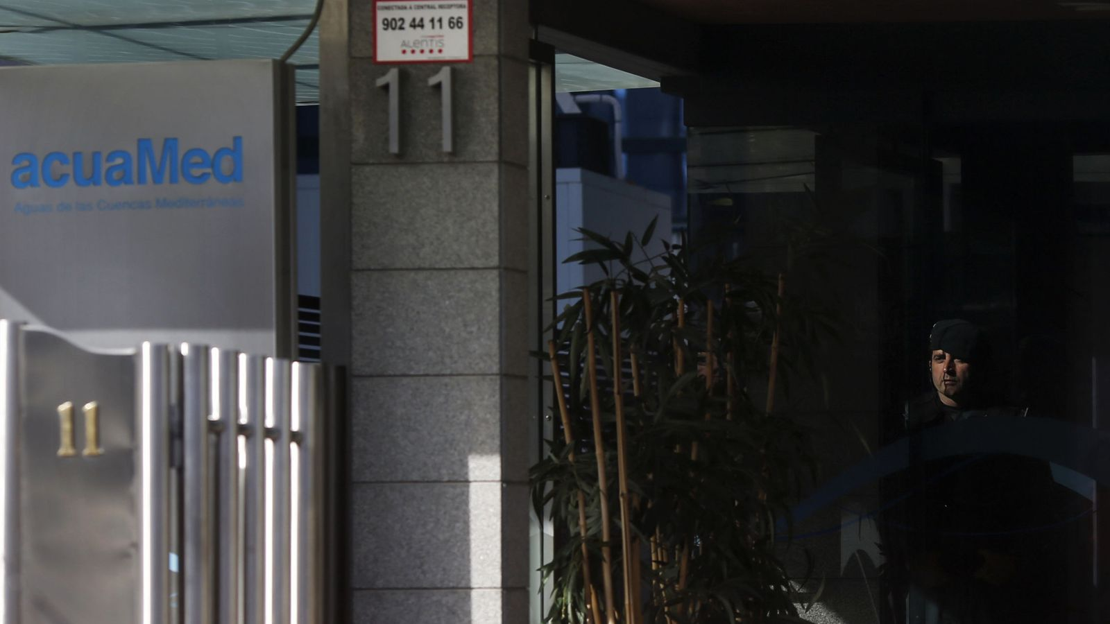 Foto: Un guardia civil, en la entrada de las oficinas de Acuamed en Madrid. (Reuters)