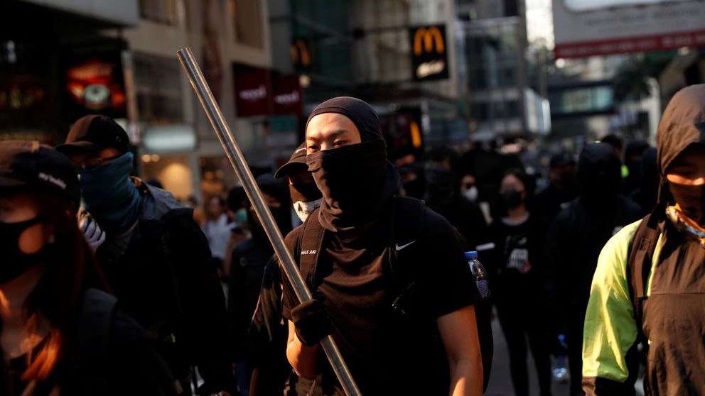 Tensión en Hong Kong: prenden fuego a un hombre y la policía dispara a un manifestante