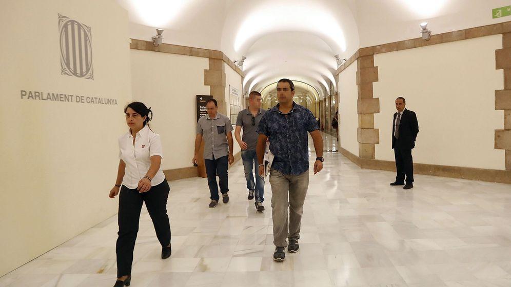 Foto: Agentes de la Guardia Civil a su llegada al Palau de la Generalitat para requerir documentación relativa a la investigación relativa al exconseller de Justicia Germà Gordó. (Efe)