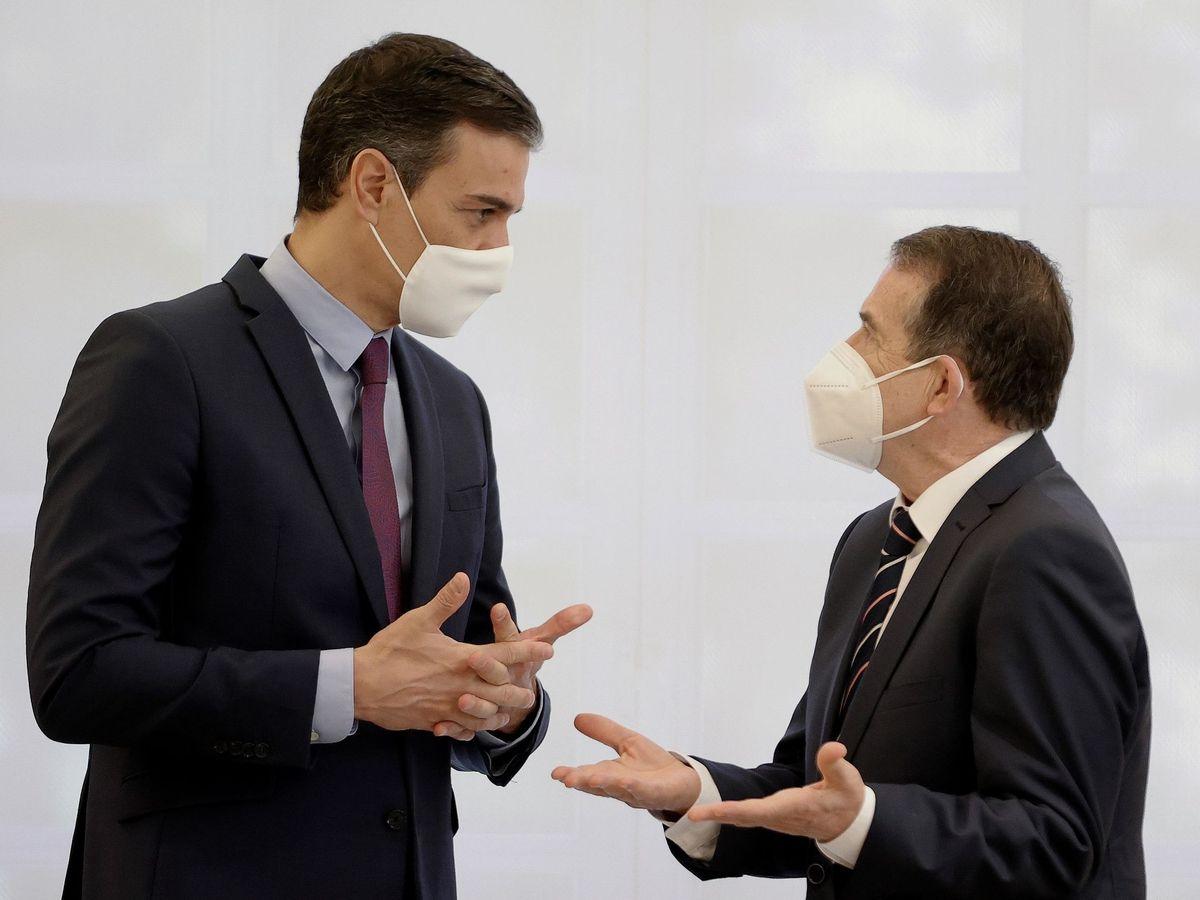 Foto: Pedro Sánchez y Abel Caballero, tras la firma del acuerdo de la FEMP. (EFE)
