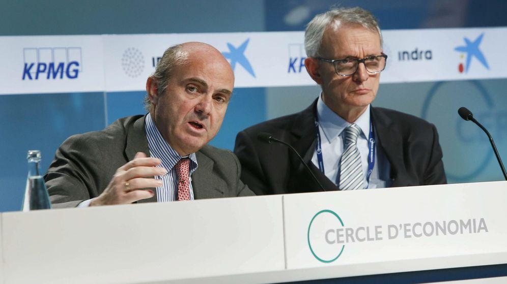 Foto: Luis de Guindos junto al presidente del Círculo de Economía, Antón Costas, en una imagen de mayo de 2015. (EFE)