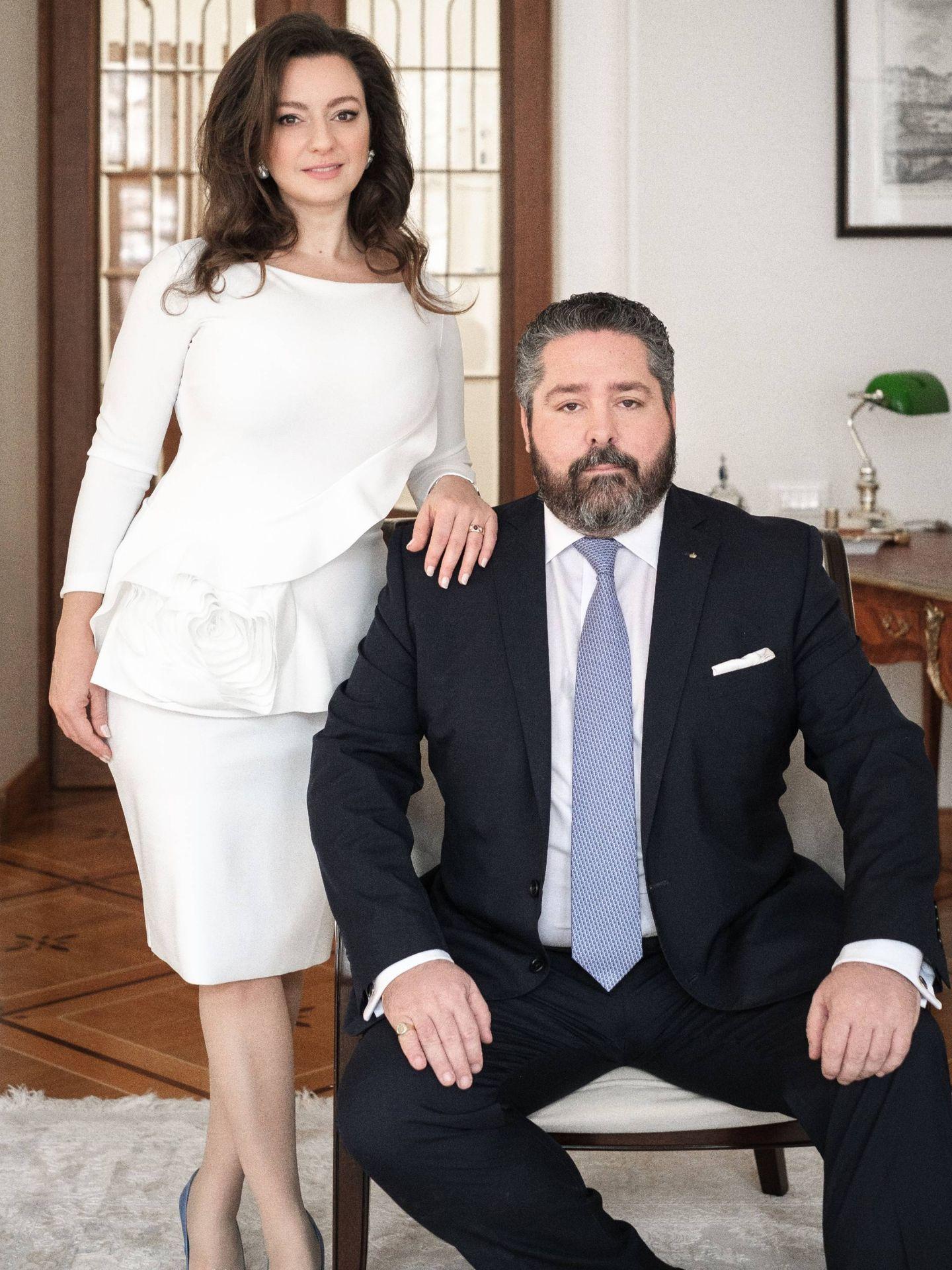 El gran duque Jorge de Rusia y Rebecca Bettarini, en una imagen de su posado oficial. (Foto: Cancillería de la Casa Imperial de Rusia)