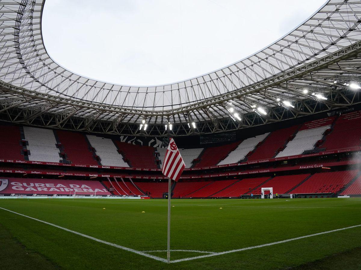 Foto: Una imagen de San Mamés vacío antes de un Athletic-Real Madrid en mayo de 2021. (Reuters)