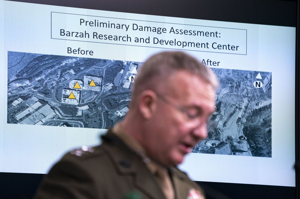 Foto: Gráficos con los objetivos alcanzados durante una rueda de prensa del Pentágono para informar sobre la operación. (Reuters)