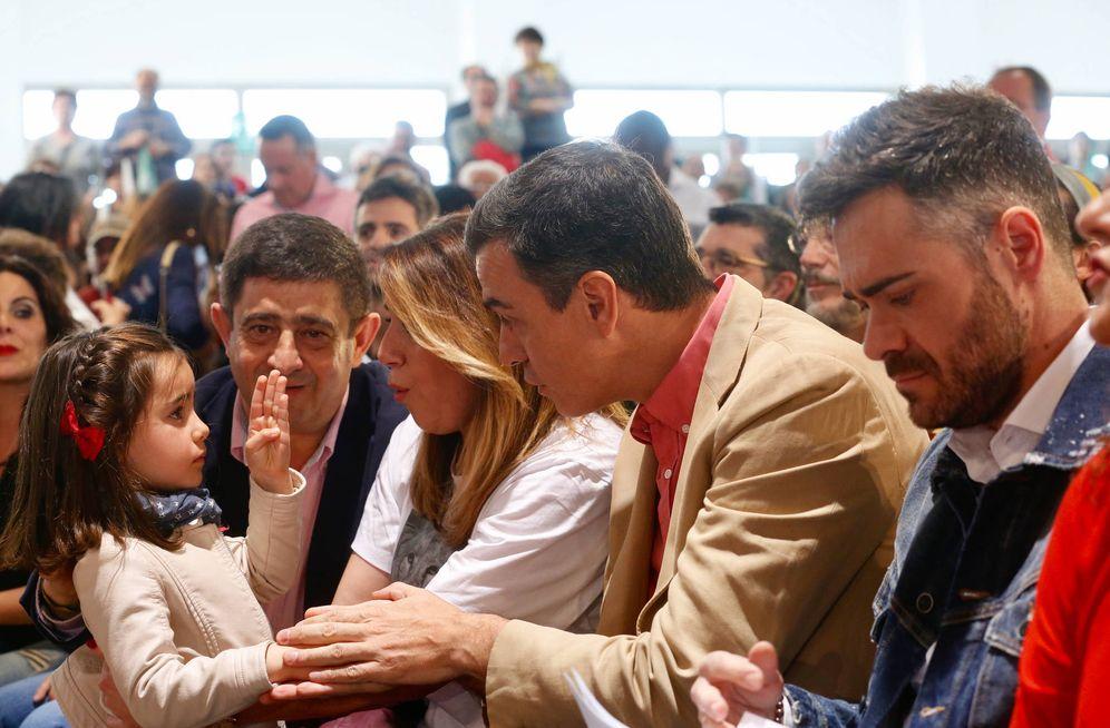 Foto: Pedro Sánchez y Susana Díaz, con una niña ante Paco Reyes (i) y Felipe Sicilia (d), este 30 de marzo en el recinto ferial Ifeja de Jaén. (Inma Mesa | PSOE)