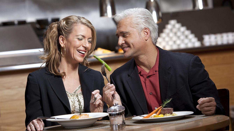 Foto: 'Toma churri, come de esto que ya tenemos una edad'. (iStock)