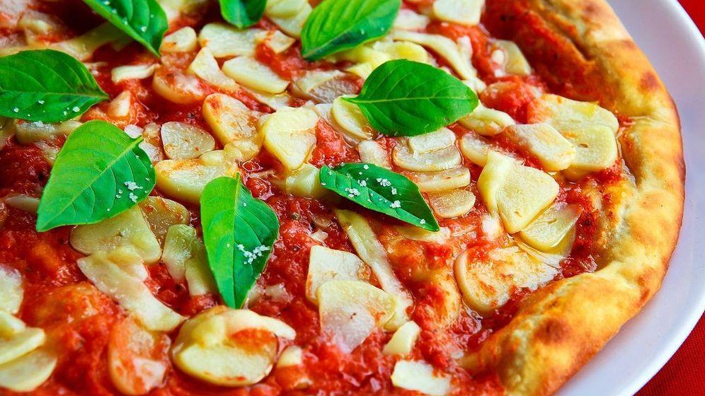 Foto: Pizza de tomate, ajo y albahaca.