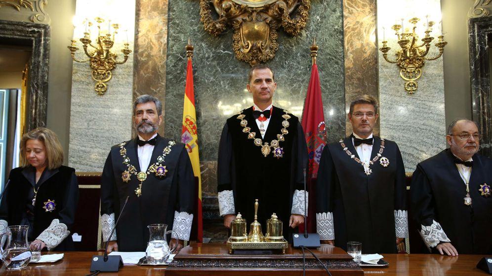 Foto: Felipe VI acompañado por el presidente del Tribunal Supremo y del CGPJ, Carlos Lesmes (2i), durante la ceremonia de apertura del Año Judicial. (EFE)