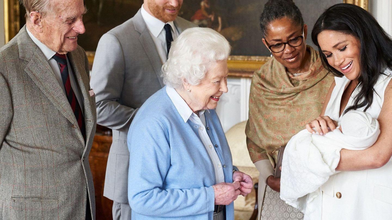 Los Sussex presentan a su hijo recién nacido, Archie Harrison Mountbatten. (EFE)