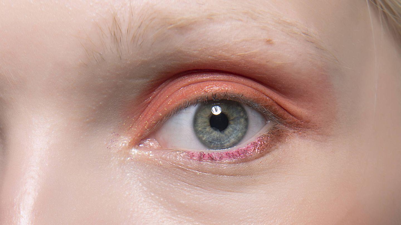 El maquillaje bicolor del defile de Vivetta es un ejemplo de que los colores de la misma tonalidad combinan en un delineado. (Imaxtree)