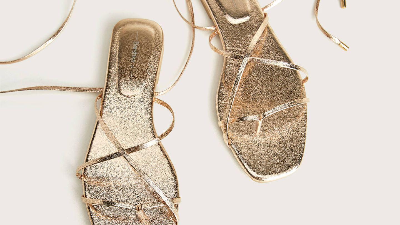 Sandalias doradas de Bershka. (Cortesía)