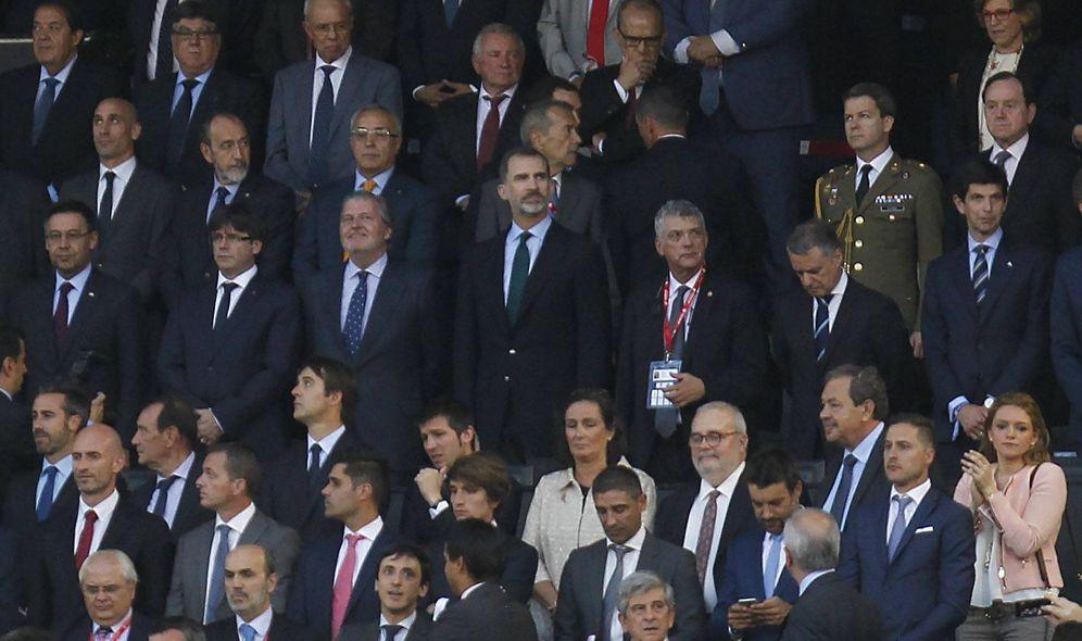 Foto: Carles Puigdemont, Íñigo Méndez de Vigo y el rey Felipe VI en el palco del Calderón. (Cordon Press)