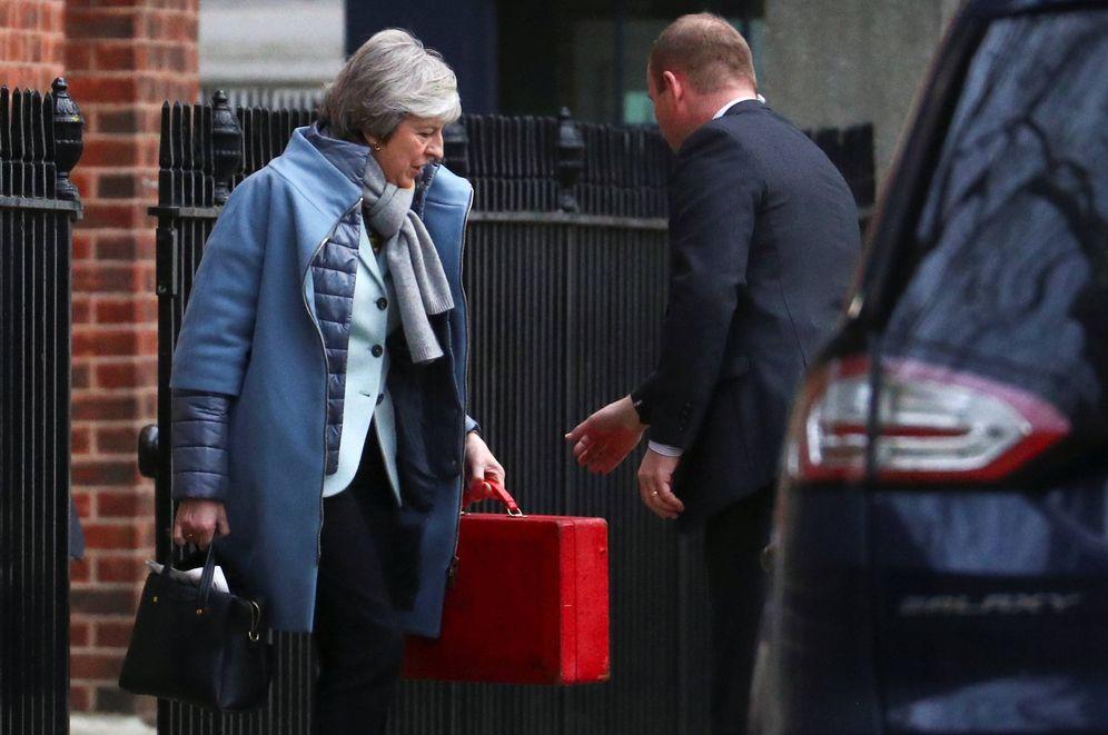 Foto: Theresa May sale del número 10 de Downing Street, en Londres. (Reuters)
