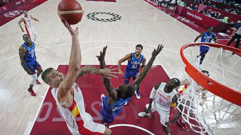 Willy Hernangómez domina en el poste. (Reuters)