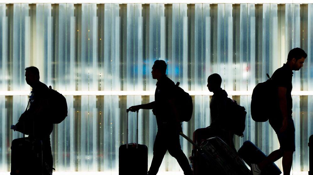 Foto: Pasajeros durante una huelga en el aeropuerto de Barcelona. (EFE)
