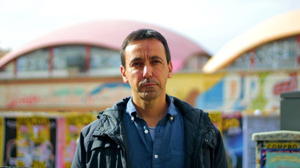 Foto:  Miguel Ángel Hernández, frente al Mercado de la Cebada de Madrid. (Javier Bocanegra)