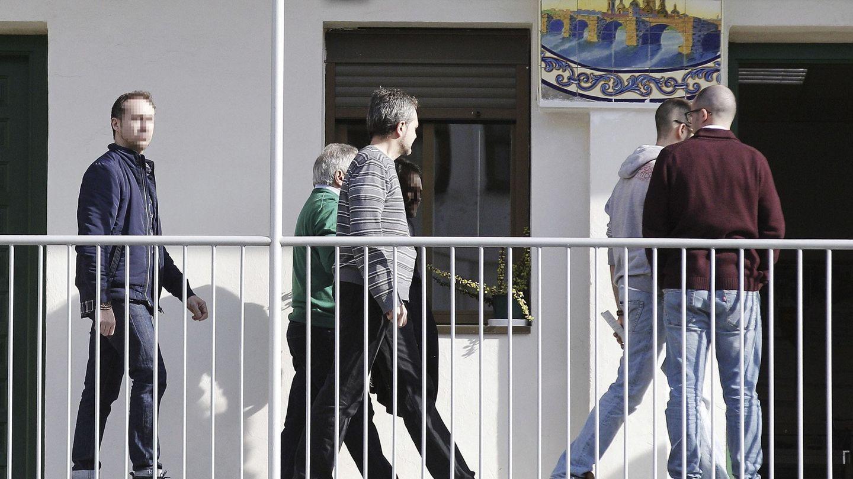 Agentes de la UCO, con Alfonso Rus, cuando estalló la operación Taula en febrero de 2016. (EFE)