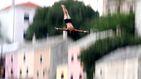 El salto del Puente Viejo de la ciudad bosnia de Mostar atrae a miles de turistas