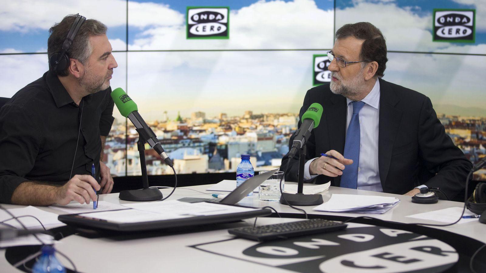 Foto: Fotografía facilitada por Presidencia de Gobierno, del presidente del Ejecutivo, Mariano Rajoy, junto al periodista Carlos Alsina (i). (EFE)