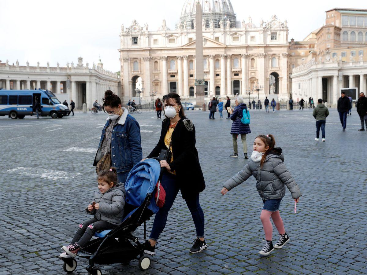 Foto: Turistas con mascarillas en el Vaticano. (Reuters)