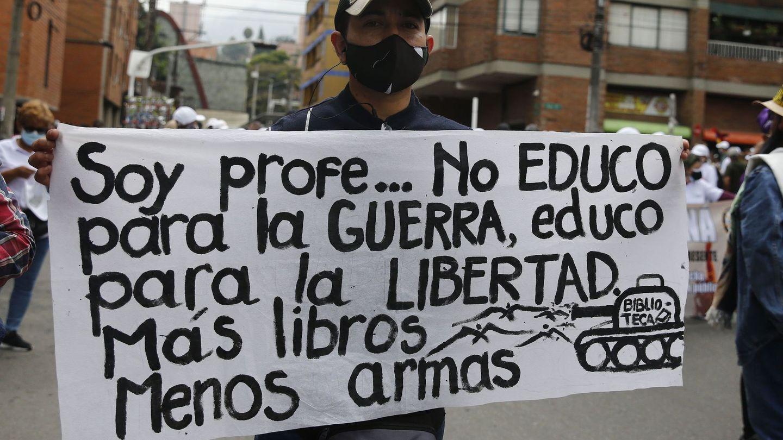 Un hombre muestra un cartel durante una nueva jornada de protestas en Medellín. (EFE)