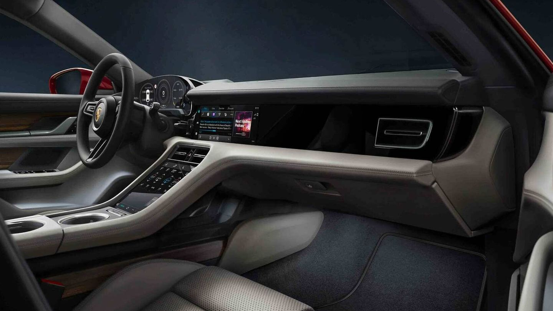 En su interior encontramos mucha tecnología, con pantallas para gestionarlo todo.