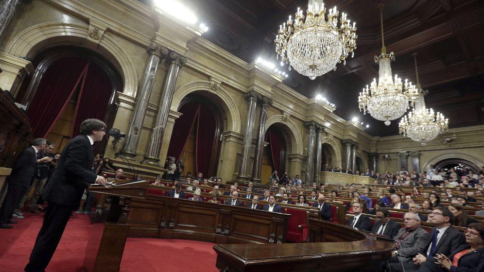 Foto: El presidente de la Generalitat, Carles Puigdemont, durante su comparecencia en el Parlament. (EFE)