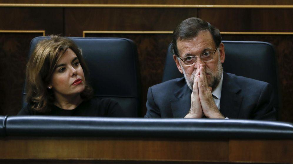 Foto: El presidente del Gobierno, Mariano Rajoy, junto a la vicepresidenta, Soraya Sáenz de Santamaría, durante un pleno del Congreso de los Diputados. (Efe)