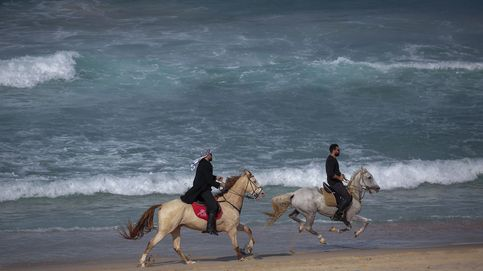 Refugiados palestinos pescando en la playa
