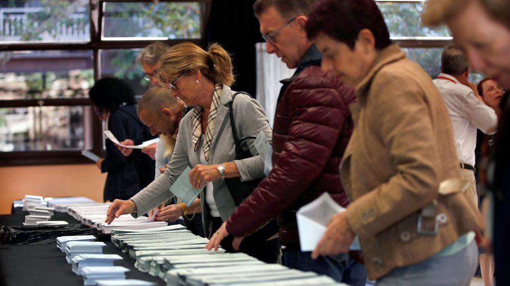 Foto: Electores escogiendo su papeleta para votar en las pasadas elecciones de mayo en Barcelona. (EFE)