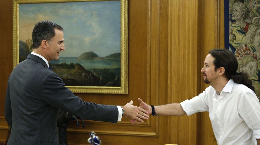 Foto: El Rey recibe al líder de Podemos, Pablo Iglesias, en La Zarzuela durante la ronda de consultas con los partidos políticos. (EFE)