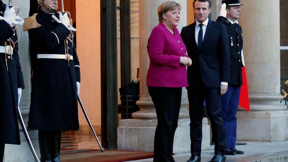 Foto: Emmanuel Macron recibe a Angela Merkel en el Palacio del Elíseo, en París. (Reuters)
