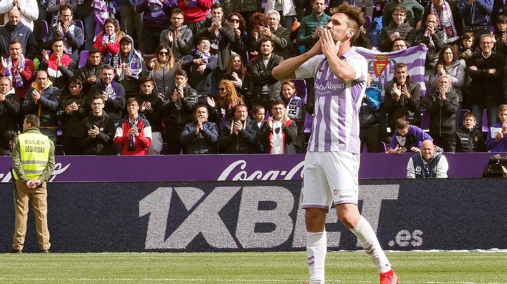 Foto: Borja, despidiéndose de la afición tras perder contra el Valencia. (EFE)